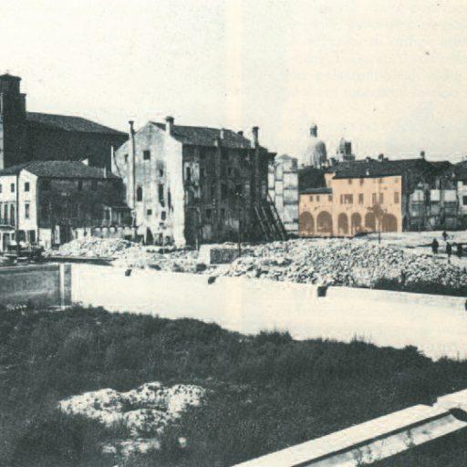 """Lo sventramento del quartiere di S. Lucia (1925-1927), sul fondo è visibile la """"Casa del Figo""""."""