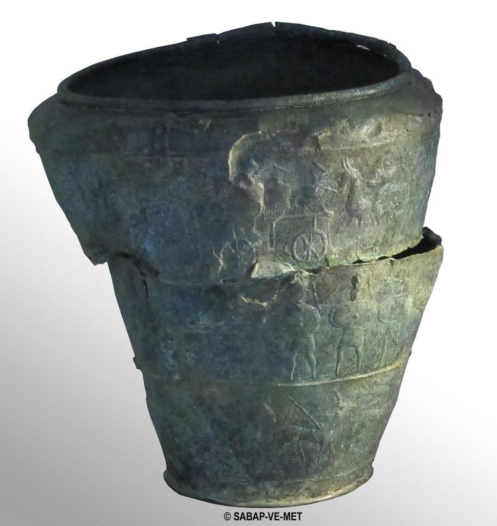 """Martedì 6 luglio ore 21: """"La difesa dei confini"""" presenta l'inedita situla in bronzo scoperta nella necropoli veneto antica di Montebelluna-Posmon."""